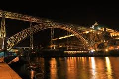 Opinião de Nigth dos DOM LuÃs que eu construo uma ponte sobre, Porto, Portugal Fotos de Stock