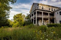 Opinião de noite atrasada - recurso abandonado em montanhas de Catskill fotografia de stock