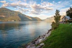 Opinião de noite atrasada sobre o lago Thun Thunersee, Suíça foto de stock royalty free
