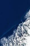 Opinião de olho de pássaro de uma onda de curva Fotografia de Stock Royalty Free