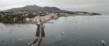 Opinião de olho de pássaro dos ísquios Ponte, ilha Italy Imagens de Stock Royalty Free