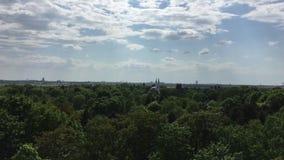 Opinião de olho de pássaro de Tempelhofer Feld e mesquita em Berlim, Alemanha vídeos de arquivo