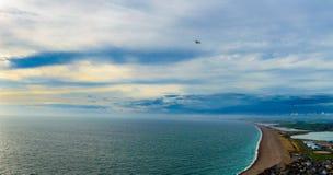 Opinião de olho de pássaros da ilha de Portland, praia de Chesil, por do sol sobre o mar Fotografia de Stock Royalty Free