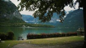 A opinião de Panorami no lago do Hallstatt cercou Natureza de Áustria Tiro de Midle video estoque