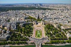 Opinião de Paris, França em jardins de Trocadero da torre Eiffel no dia ensolarado imagem de stock