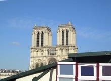Opinião de Paris França Notre Dame do quiosque de Seine do rio do banco esquerdo Imagens de Stock