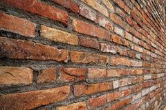 Opinião de perspectiva áspera alaranjada da textura da parede de tijolo Fotos de Stock