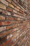 Opinião de perspectiva áspera alaranjada da textura da parede de tijolo Imagem de Stock