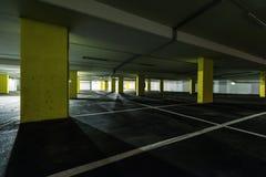Opinião de perspectiva através das colunas amarelas imagem de stock royalty free
