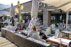 Opinião de perspectiva da frente marítima da Espanha de Barcelona de terraços da barra e do restaurante com jantar dos turistas imagens de stock