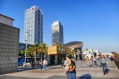Opinião de perspectiva da frente marítima da Espanha de Barcelona de terraços da barra e do restaurante com jantar dos turistas imagem de stock