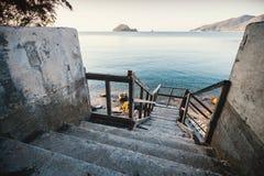Opinião de perspectiva das escadas velhas que vão para baixo imagem de stock royalty free