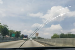 Opinião de perspectiva de pára-brisas ou de para-brisa rachado do carro quando d Imagens de Stock