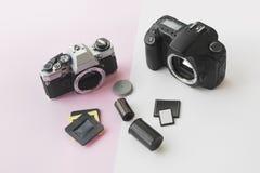 Opinião de perspectiva de Digitas contra Conceito análogo da câmera de SLR fotografia de stock royalty free
