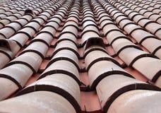 Opinião de perspectiva de diminuição do quadro completo de um telhado velho com as telhas vermelhas curvadas da argila nas linhas fotografia de stock