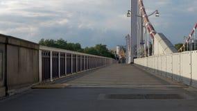 Opinião de perspectiva do passeio de Chelsea Bridge no crepúsculo vídeos de arquivo