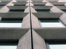 Opinião de perspectiva de janelas concretas angulares geométricas na fachada de uma construção modernista do estilo do brutalist  imagens de stock