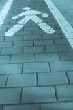 Opinião de perspectiva para uma pista dos pedestres ao longo de um passeio, e ciano imagem de stock royalty free