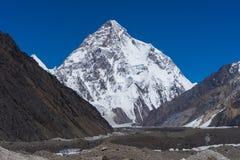 Opinião de pico de montanha K2 do acampamento de Concordia imagens de stock