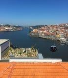 Opinião de Porto Portugal do rio de Duoro de Teleferico de Gaia fotografia de stock