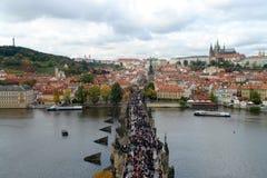 Opinião de Praga - ponte, Lesser Quarter e Petrin de Charles Foto de Stock Royalty Free