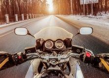 Opinião de primeira pessoa do motociclista Estrada escorregadiço do inverno Fotografia de Stock
