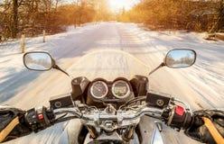 Opinião de primeira pessoa do motociclista Estrada escorregadiço do inverno Foto de Stock Royalty Free