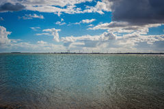 Opinião 2016 de Reino Unido Mersea da costa aos windmils Foto de Stock