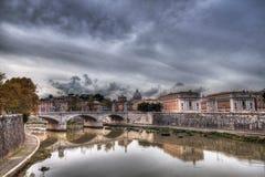Opinião de Roma do rio de Tibre Na distância o St Peter Basilica Foto de Stock
