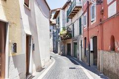 Opinião de rua principal da vila de Rocca di Papá - Roma - Itália imagens de stock