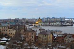 Opinião de Strelka com a igreja dourada das abóbadas na parte dianteira Imagem de Stock Royalty Free