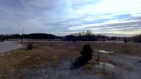 Opinião de surpresa do zangão na paisagem bonita no dia de mola Fundos lindos do inverno europa filme