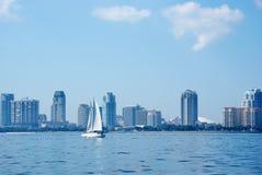 Opinião de Tampa Bay da skyline de St Petersburg Florida Imagens de Stock Royalty Free
