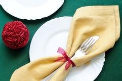 Opinião de tampo da mesa dos feriados toalha de mesa verde e vela vermelha Fotos de Stock Royalty Free