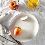 Opinião de tampo da mesa rústica do mel caseiro vermelho suculento maduro saudável das maçãs do café da manhã imagens de stock