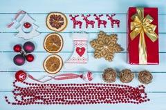 Opinião de tampo da mesa sobre artigos do Natal na madeira Imagem de Stock