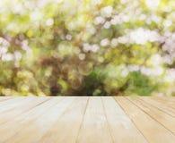Opinião de tampo da mesa vazia ou vazia no backgro da árvore do bokeh do verde da natureza Imagem de Stock