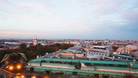 Opinião de Timelapse de St Petersburg do centro do telhado do dia da catedral de Isaac de Saint ao por do sol da noite video estoque