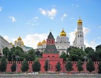 Opinião de torres do Kremlin, Moscou do verão imagem de stock
