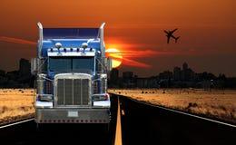 Opinião de transporte por caminhão da cidade no nascer do sol Imagem de Stock