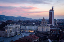 Opinião de Turin, arquitetura da cidade na praça Castello imagem de stock