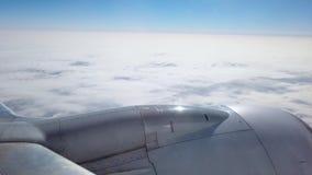 A opinião de um passageiro que olha para fora a janela de um voo do avião embora as nuvens Tiro em 4k video estoque