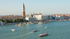 A opinião de Veneza, a praça San Marco e o palácio dos doges em Veneza, Itália, Europa imagem de stock