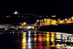 Opinião de Verona em River Adige e na ponte de pedra imagem de stock