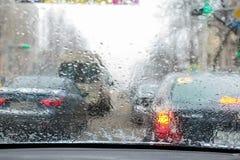 Opinião Defocused do tráfego do pára-brisas na chuva Imagem de Stock Royalty Free