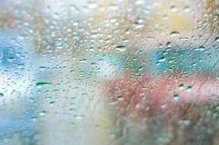 Opinião Defocused do tráfego do pára-brisas na chuva Fotos de Stock Royalty Free