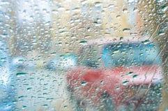 Opinião Defocused do tráfego do pára-brisas na chuva Foto de Stock