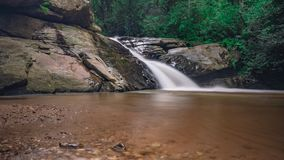 Opinião despercebida da natureza da cachoeira de Tailândia da paisagem imagens de stock