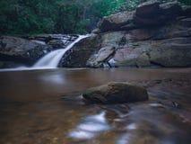 Opinião despercebida da natureza da cachoeira de Tailândia da paisagem foto de stock royalty free