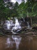 Opinião despercebida da natureza da cachoeira de Tailândia da paisagem foto de stock